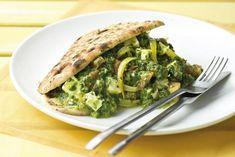 Spinaziecurry met kaas en naanbrood Asian Dinner Recipes, Indian Food Recipes, Vegetarian Recipes, Cooking Recipes, I Want Food, Healthy Recepies, Food Dishes, Healthy Eating, Healthy Food