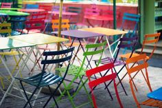 design intérieur colorée | ai trouvé ce style de chaises ici et de tables,chez Gifi….