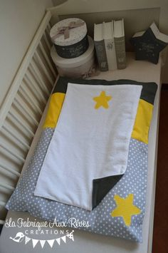 Dispo - Housse matelas à langer et serviette éponge - jaune gris foncé gris clair étoiles : Puériculture par la-fabrique-a-reves