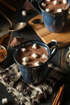 Imagen de chocolate hot chocolate and winter Kaffee und Tee Café Chocolate, Christmas Chocolate, Chocolate Treats, Homemade Chocolate, Hot Chocolate And Marshmallows, Chocolate Cosmos, Mini Marshmallows, Chocolate Caliente, Think Food