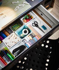 Eine offene Schreibtischschublade, darin zu sehen KUGGIS Einsatz, 8 Fächer weiß mit Schulutensilien.