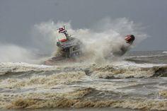 Redder breekt golf(Katwijk aan Zee), door: Paul Termorshuizen