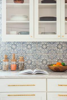 Kitchen Reno, Kitchen Design, Kitchen Cabinets, Home Design Decor, House Design, Home Decor, Best Kitchen Colors, Orange Kitchen, Mountain Living