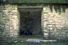 Entrada a una estancia del Palacio Maler, Tikal, Petén, Guatemala Tikal, Maya Photo, City Photo, Mexico, History, Maya Civilization, Palaces, Hipster Stuff, Historia