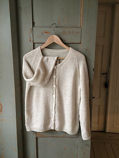 This is a no-fuzz top-down raglan cardigan with small rib details around the edges. It has a minimum of an A-line to improve the fit over bust and hip. The neck is classic round and wide with a great fit over the shoulders and the back. The choice of yarn including my favorite qualities as linen, alpacka and silk along with the feel and colour led to the name of the pattern.