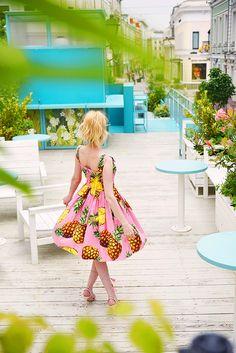 Dolce & Gabbana pineapple dress   #dolcegabbana #dolcegabbanadress #pineappleprint #dolcegabbanasummer #pinkdress #streetstyle #fashion #thefashionarea