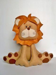Lindo Leãozinho confeccionado em feltro e fibra. Para decorar o quarto do seu bebê ou decoração de festa no tema Safari. Para o tema Rei Leão pode-se acrescentar a coroa <br> <br>26 cm lar. x 25 cm alt. <br> <br>PESO APROX. 40G