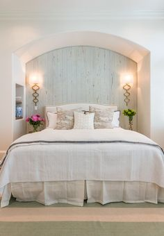 Love this little cut out nook for the bed - part of this coastal home tour eclecticallyvintage.com