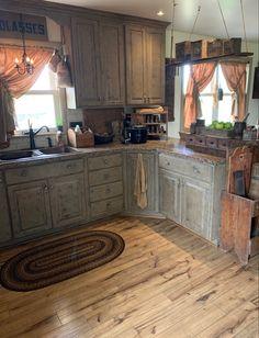 Primitive Kitchen Cabinets, Farmhouse Kitchen Island, Kitchen Cabinets Decor, Kitchen Redo, Home Decor Kitchen, Home Kitchens, Kitchen Remodel, Country Kitchens, Rustic Kitchen Design