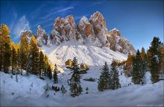 У подножия гряды Гайслер (Geislerspitzen), Доломитовые Альпы, район Южный Тироль, Италия.