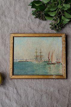 ヨットと帆船 エトルタの外洋-oil painting frame 遠望に北フランス ノルマンディーの風景、イギリスのセブンシスターズやドーヴァーの石灰岩質の白い断崖を思い起こさせる圧倒的なパノラマ。大きな帆船をメインに、風を受けるヨットの帆が映す反射の景色が海面に長く綴れ織る、淡い空と澄んだ海水が美しい一枚。中心の辺りに黒い塗料の汚れがやや付いております。絵のサイズはw240 h188です。