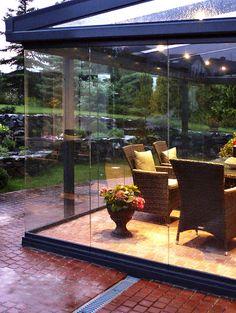 Prosklené stěny na terase bez svislých panelů vám zaručí ničím nerušený výhled do zahrady. Terasa vašich snů je taková terasa, kde můžete dělat vše, co máte rádi. To je zimní zahrada či terasa dd Profiltechnik.