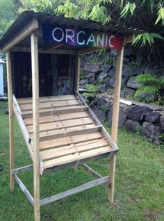 Pallet fruit stall / stand - so cool for the entry of the farm Produce Displays, Produce Stand, Fruit Displays, Fruit Stall, Farmers Market Display, Vegetable Stand, Veggie Tray, Farm Gate, Farm Store
