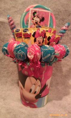 One made to order Minnie Mouse Lollipop Bouquet. An adorable gift idea for that Minnie Mouse fan young or old or great table centerpieces at your next Minnie Mouse Birthday Party.<br /><br />**Cup is reusable**<br />**Lollipops are all edible and YUMMY** Valentines Day Baskets, Valentines Gift Box, Easter Gift Baskets, Candy Bar Bouquet, Lollipop Bouquet, Minnie Mouse Gifts, Minnie Mouse Birthday Decorations, Mini Mouse 1st Birthday, Gift Card Bouquet