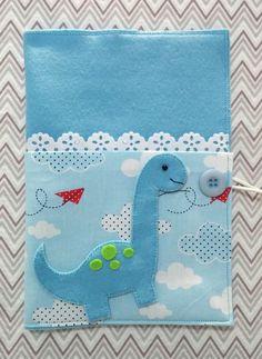 capa para cartão de vacina 16 x 22 cm. O nome será acrescentado após a compra. Cute Quilts, Baby Quilts, Baby Crafts, Diy And Crafts, Diy Paper, Paper Crafts, Baby Quiet Book, Baby Sheets, Bible Covers