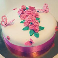 Rosas y mariposas rosadas en una torta de vainilla con relleno de mermelada artesanal de fresa para celebrar el cumpleañis de la Sra. Carlota #kitepartyevents #tortaspersonalizadas #tortas #cakes #cakebogota #tortasbogota #tortasquito #quito #quitocakes #bogota #vainilla #fresas #mermelada #productoskite by kitepartyevents