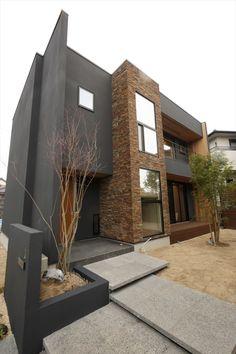 外壁には、天然石と大きな階段窓を。 このお家のシンボルです!! #外観 #階段 #階段窓 Facade Architecture, Amazing Architecture, Home Building Design, Building A House, Exterior House Colors, Interior And Exterior, Front Elevation Designs, Stone Wallpaper, Grey Houses