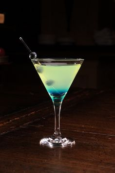 The Tiffany* Vodka. Dash of Blue Curacao. Will come in handy with my blue curaçao bottle from Curaçao! Bar Drinks, Cocktail Drinks, Cocktail Recipes, Martini Recipes, Margarita Recipes, Drink Recipes, Blue Curacao, Glace Fruit, Do It Yourself Wedding