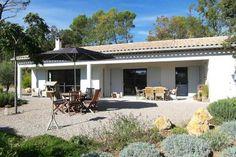 """Villa """"Puimichel"""" (Lorgues) - Deze luxe, vrijstaande villa met privé zwembad ligt middenin de olijfgaarden en wijnvelden op 4 kilometer van het centrum van het pittoreske Lorgues. De villa is door de Nederlandse eigenaren gebouwd in een moderne en luxe stijl en heeft een prachtige op Japanse tuinarchitectuur geïnspireerde tuin van circa 4000 m2. De villa is geschikt voor 6 personen."""