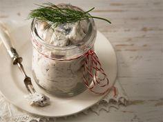 Erilaiset etikkasilakat maistuvat osana kalapöytää. Helppotekoiset makusilakat kannattaa valmistaa jo tarjoilua edeltävänä päivänä. http://www.valio.fi/reseptit/makusilakat/ #resepti #ruoka