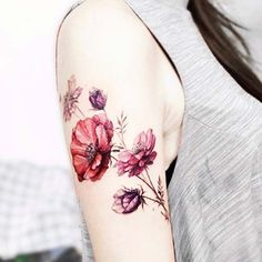 kadın üst kol renkli çiçek dövmesi woman upper arm colorful flower tattoo