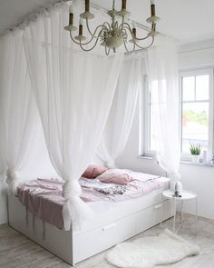 schönstes und günstigstes DIY Himmelbett – Anleitung zum Selberbauen Instructions for a super cheap four-poster bed. A DIY that makes the hearts of little and big princesses beat faster! Cheap Canopy Beds, Diy Canopy, Decoration Bedroom, Diy Home Decor, Diy Bett, Four Poster Bed, Teen Bedding, Bed Plans, My New Room