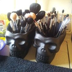 Skull heads as a makeup brush holder. But paint glitter all over them. I gonna do this. My room is sort of gotic style Rangement Makeup, Make Up Storage, Storage Ideas, Craft Storage, Storage Hacks, Storage Room, Storage Drawers, Makeup Brush Holders, Decoration Inspiration
