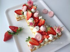 se do dortu hodil i citronový krém (lemon curd) Baby Girl Birthday Cake, Birthday Cake Writing, First Birthday Cakes, Pavlova Cake, Cake & Co, Number Cakes, Foods To Eat, How Sweet Eats, Party Cakes