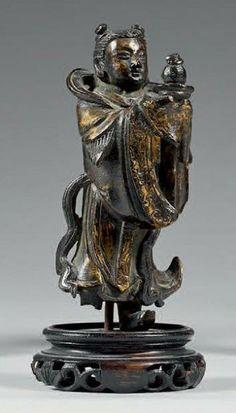 Petite statuette de Shancai debout en bronze doré portant un plateau avec une offrande. Chine, époque Ming (1368-1644). Hauteur: 11 cm