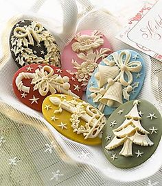 ~` Christmas cameo cookies `~(website didn't get me anywhere but these are really pretty cookies) Noel Christmas, Christmas Goodies, Christmas Treats, Christmas Baking, All Things Christmas, Christmas And New Year, Christmas Cakes, Cupcakes, Cupcake Cookies