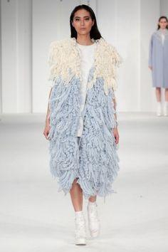 lang_it  Shristi Rai della Uca Rochester ha presentato una collezione incentrata sul knitwear durante la Graduate Fashion Week.  Ricca di superfici dalle texture ruvide, che ricordano le lavor
