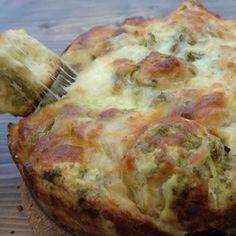 Det her må uden tvivl være det nemmeste brød i verden at bage. Og ikke nok med, at du kun behøver tre ingredienser for at lave det, så smager det også virkelig godt. Du skal bruge: 1 rulle pizzadej 1 glas grøn pesto 1 lille pose revet ost Sådan gør du: Rul dejen sammen til …