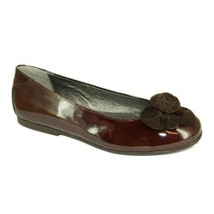 Very stylish and elegant classic ballerinas. Upper material made of patent leather, adorned with an eye catching rose in suede. These shoes are comfortable and can be worn with jeans, a skirt or a dress. A classic choice for mom & daughter alike! Lined with soft leather. With a non-slip and flexible sole.
