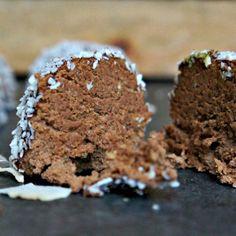 Sunde mokka trøfler - Opskrift på sunde chokoladetrøfler med kaffe Low Carb Sweets, Healthy Sweets, Healthy Snacks, Danish Food, Fun Desserts, Granola, Kaffe, Cravings, Cake Recipes
