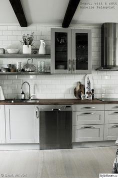 industriellt kök,industristil,rostfri fläkt,rostfri diskmaskin,rostfria hyllor,öppna hyllor,vitrin,skärbrädor,kök