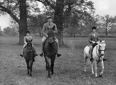 April 1938 King George VI rides alongside Princess Elizabeth and Princess Margaret. George Vi, Roi George, Princess Margaret, Princess Charlotte, Margaret Rose, Queen Love, Horse Photos, Queen Elizabeth Ii, British Royals