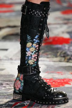 fashion wear The complete Alexander McQueen Spring 2017 Ready-to-Wear fashion show now on Vogue Runway. Fashion 2017, Fashion Shoes, Fashion Accessories, Paris Fashion, Couture Fashion, Fashion Black, Fashion Spring, Trendy Fashion, Winter Fashion