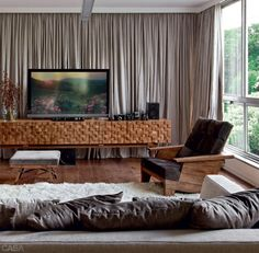 Aconchego. Para quem gosta de ambientes aconchegantes, uma boa dica é instalar também a cortina naquela parede em  que não há janela.  Gostou da #ideia? #home