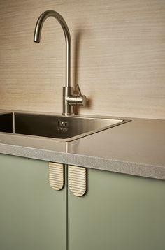 Antik Messing Greb Habit | grebkompagniet.dk Dette greb er en hjælp i den ellers grebsfrie dagligdag. Designet placeres der, hvor man skal trykke på en skabsfront for at få en låge til at åbne sig. Det er nudging i et smukt og enkelt design. # Messingreb #Grebkompagniet #Køkkengreb #Furnipart Cabinet Fronts, Sink, Brass, Designs, Kitchens, Home Decor, Collection, Drawer Pulls, Cabinets