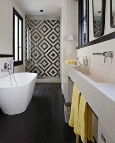 Carreaux de ciment dans salle de bain noir et blanc