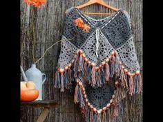 Crochet Granny Square Patterns Patrón ganchillo Poncho Más - We have found a selection of Crochet Poncho Free Pattern ideas that you are going to love. The beautiful designs are perfect for your next project! Poncho Au Crochet, Crochet Poncho Patterns, Crochet Shawls And Wraps, Crochet Scarves, Crochet Clothes, Crochet Cape, Crochet Ideas, Knitting Patterns, Crochet Gratis