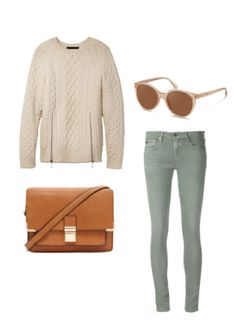Setzen Sie Ihre Outfits in winterlichem Weiß und Pastellfarben mit einem gemütlichen Pulli, einer Ledertasche und einer Sonnenbrille von Rodenstock in Szene.