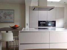 Waarom wit combineren met een kleur? Alles in de witte kleur ademt stijl! Vooral het keukenblad (naam: Blanco Zeus Extreme) geeft de keuken een extra niveau!
