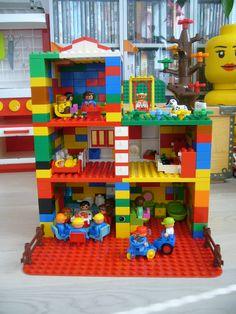 Duplo Lego House Legeværelset skal ikke proppes med en masse forskellige legesager. Duplo må der dog gerne være rigeligt af.