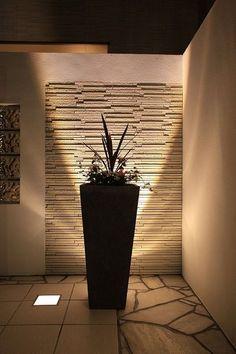 壁面の質感をいかし、美しく魅せるライティング。デザインを引き立たせる光の演出。 #LightingMeister #GardenLighting #OutdoorLighting #Exterior #Garden #Lightup #Design #Mosaic #Shadowlighting #魅せる #壁 #モザイク #美しい #デザイン