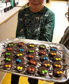 Oreo spinnen traktatie - Super enge spinnenkoekjes trakteren Creepy Halloween Food, Halloween Food For Party, Kinder Party Snacks, Food Porn, Food Platters, Birthday Treats, Toddler Crafts, High Tea, Kids Meals