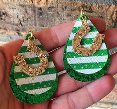 Green Glitter, White Glitter, Green And Gold, How To Make Earrings, Cute Earrings, Horseshoes, Gold Dots, Leather Earrings, St Patricks Day