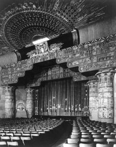 Grauman's Egyptian Theatre interior in 1922 in central Hollywood California. One of the world's more famous movie theaters. Opened in 1922 it was the location of the first-ever Hollywood premiere. Golden Age Of Hollywood, Vintage Hollywood, Classic Hollywood, Art Nouveau, Art Deco, Louis Armstrong, Deco Cinema, California History, Hollywood California