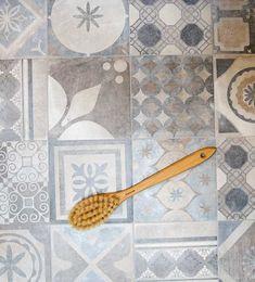 Sen länge vet vi att mörkbrunt och turkos är en härlig kombination. För mig är det lite nytt att kombinera brunt och blått där kulörerna är mer mellan mörk och ljus. Det är i alla fall en jättefin kombo speciellt i vår klinker French Quarter som är en mönstermix med just blå, bruna nyanser. Fint till ett vitt väggkakel tycker jag som vanligt när det gäller mönstermixar på golvet. I butiken tänkte jag dock testa att sätta upp klinkern som en fondvägg i duschen, tror det kan bli fint också.