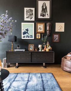 """À Amsterdam, chez Edine Russel« Nous dormons, vivons et mangeons dans cet espace de 65 m2. Pour moi, c'est une """"gezellige kamer"""", une pièce cosy...."""
